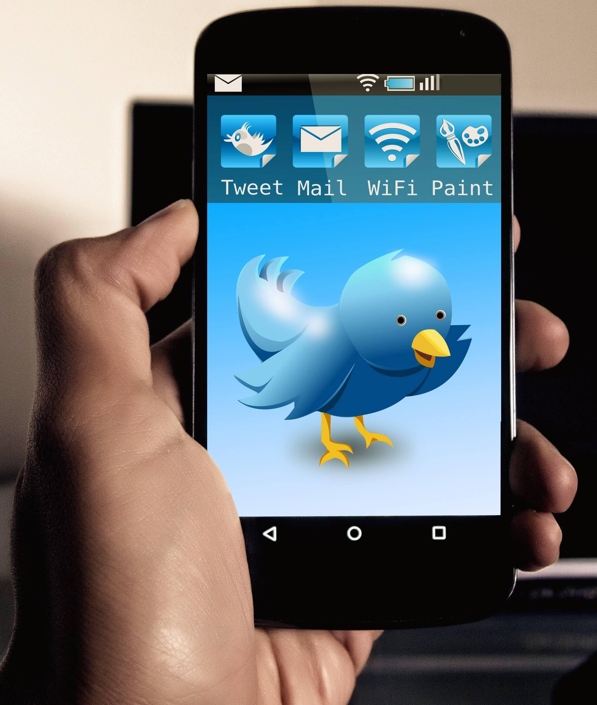 Celular mostrando aplicación Twitter